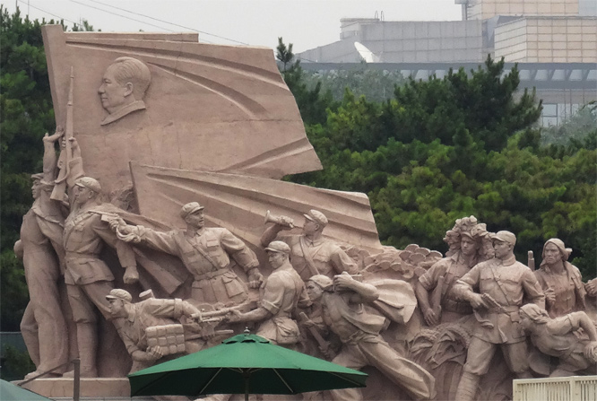 Skulptur vor Maos Mausoleum, Tian'Anmen Platz