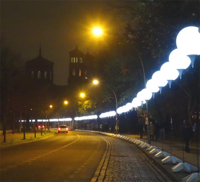 Die ehemalige Berliner Mauer: Leuchtende Ballons - Bethaniendamm mit St. Thomas Kirche