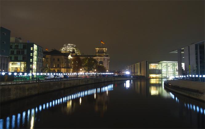 Die ehemalige Berliner Mauer: Leuchtende Ballons - Hier am Reichstag