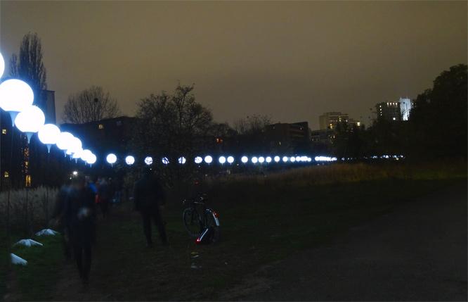 Die ehemalige Berliner Mauer: Leuchtende Ballons - ehemaliger Todesstreifen an der Alten Jakobstrasse